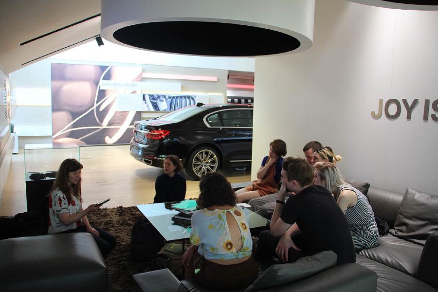 La Présentation, 2017, Conférence, performance, 25min, BMW brand store, Sergio Rossi, Square Marguerite Yourcenar - Marine Kaiser, Stéphanie Verin