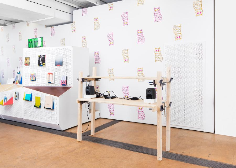 LAT (Living Apart Together), 2017, bois, serre-joints, couverture de chantier, 160 x 140 x 40 cm, centre d'art contemporain, Genève - Marine Kaiser, Mathias Pfund